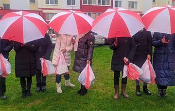 Жыхары Жодзіна выйшлі на акцыю пад бел-чырвона-белымі парасонамі