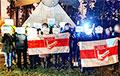 Бело-красно-белые флаги и гербы «Погоня»: белорусы вышли на вечерний протест