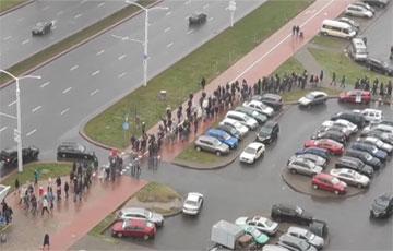 На проспекте Дзержинского собралась колонна протестующих минчан
