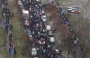 Протестующие минчане выходят на проезжую часть