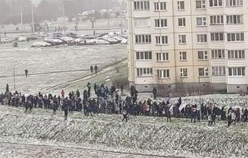 ОМОН попытался разогнать протест в одном из районов, но минчане собрались вновь