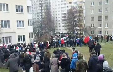 Микрорайон Запад прошел Маршем, скандируя «Жыве Беларусь!»