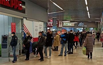 Фотофакт: Большая очередь в обменник в Бресте