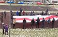 Жыхары ЖК «Магістр» выйшлі на марш з велізарным нацыянальным сцягам