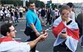 Видеофакт: Предложение руки и сердца на Марше мира закончилось свадьбой