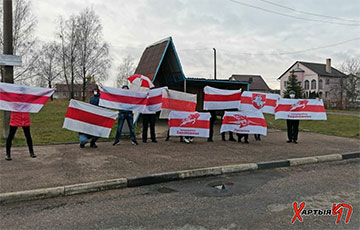 Жители Гродно вышли на прогулку с бело-красно-белыми флагами