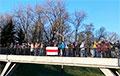 Нина Багинская и протестующие — на площади Якуба Коласа в Минске