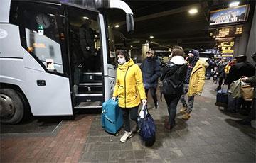 «Обратно домой? Может, на следующий Новый год»: кто уезжает из Беларуси последними автобусами за границу