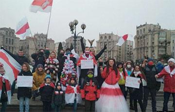 Знаменитая бело-красно-белая невеста продолжает выходить на акции в Киеве