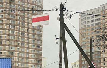 Партизаны продолжают украшать города национальной символикой