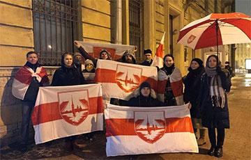 В Санкт-Петербурге задержали белорусов, которые протестовали под посольством