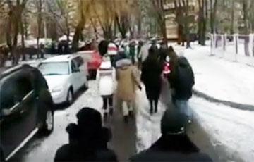 В минской Чижовке марширует огромная колонна