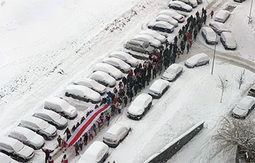 Сухарево вышло на марш с огромным национальным флагом