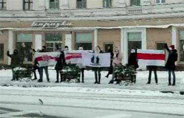 Видеофакт: Цепь солидарности на площади Победы в Минске