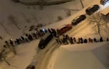 Видеофакт: Массовый марш в микрорайоне Красный Бор в Минске
