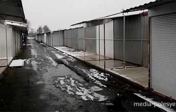 В Пинске предприниматели массово уходят с рынка и увозят с собой торговые павильоны