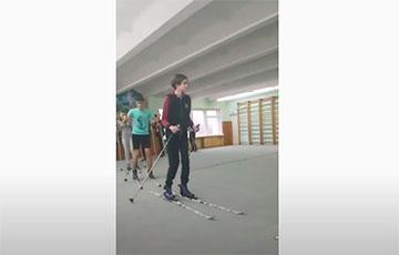 Видеофакт: В Бресте школьники занимаются на лыжах в спортивном зале