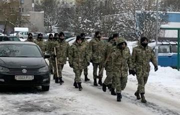 В Минске внутренние войска отправили чистить снег