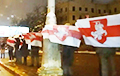 Минчане вышли на проспект Независимости с бело-красно-белыми флагами