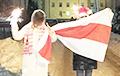 Жители Заславля с национальным флагом вышли к отделению милиции