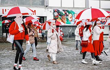 Минчанки с бело-красно-белыми зонтиками вышли на протест
