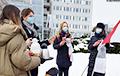Представитель завода Škoda вышел с термосом к пикету белорусов и поддержал их протест