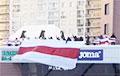 Менчукі выйшлі на акцыю з велізарным бел-чырвона-белым сцягам