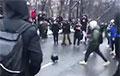 Відэафакт: У Маскве дэманстранты гуляюць у футбол шлемам супрацоўніка АМАП