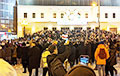 Фотафакт: Бел-чырвона-белы сцяг з надпісам «Жыве Беларусь» на пратэсце ў Маскве