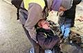 Жанчына, якую АМАПавец ударыў нагой у жывот на акцыі ў Пецярбургу, знаходзіцца ў рэанімацыі без прытомнасці