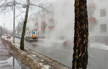 Минчане заметили клубы пара и потоки воды на улице Краснозвездной