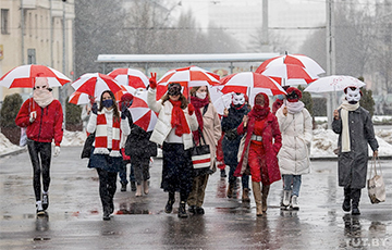Minsk Women Came Out to Protest With White-Red-White Umbrellas
