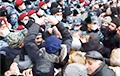Протестующие в Ереване пошли на штурм здания правительства Армении