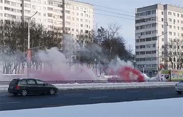 Партизаны зажгли бело-красно-белые фаеры на улице Притыцкого в Минске