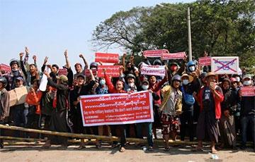 Протесты в Мьянме: полиция применила боевые патроны