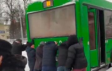 В Гомеле утром пассажиры толкали автобус, чтобы попасть на работу