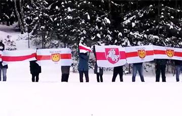 Жители Заславля провели акцию солидарности возле железнодорожных путей