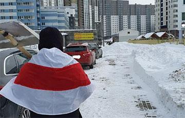 Минчане организуются и сами расчищают свои дворы от тонн снега