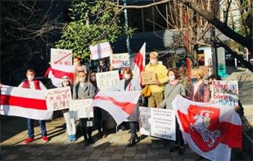 В Токио с самого утра прошел марш солидарности с Беларусью