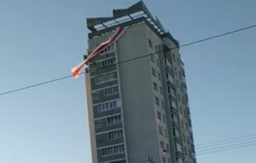 Жители минских Шариков вывесили на дом огромный национальный флаг
