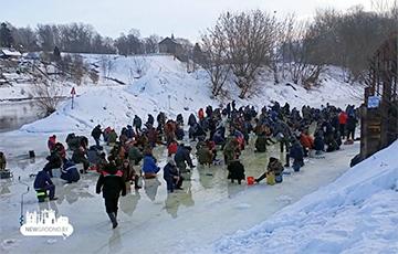 Фотофакт: Толпы «рыбаков» в Гродно судорожно таскают рыбу из-подо льда