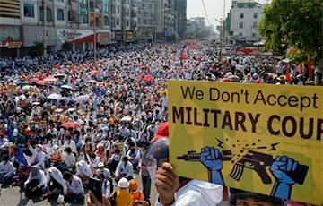 Протестующие в Мьянме подожгли китайский завод