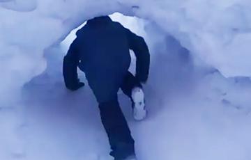 Видеофакт: Дети в Норильске ходят в школу через тоннель в сугробе