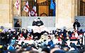 В Тбилиси сторонники оппозиции установили палатки у парламента