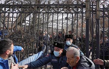 Оппозиция Армении призвала ночевать на площади до отставки Пашиняна