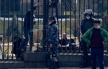 В парке парламента Армении заварили ворота перед оппозиционным митингом