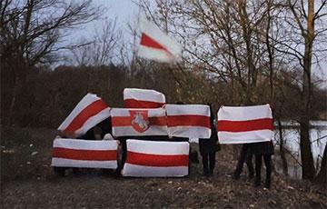 Брестчане с самого утра вышли на акцию с национальными флагами