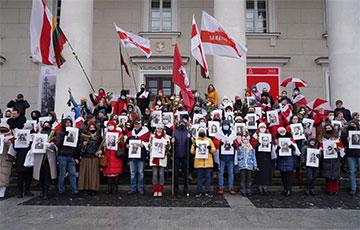 У Вільні прайшоў «Марш кветак», прысвечаны жанчынам беларускага пратэсту