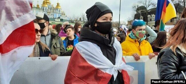 В Киеве белоруски присоединились к маршу украинских женщин под бело-красно-белыми флагами2