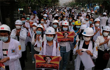 Медики в Мьянме провели акцию протеста против военной хунты